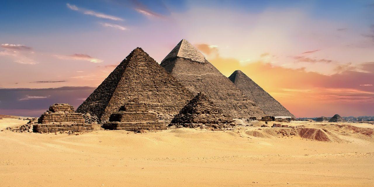 https://mediteranatour.ro/wp-content/uploads/2018/09/pyramids-2159286_1280-1280x640.jpg