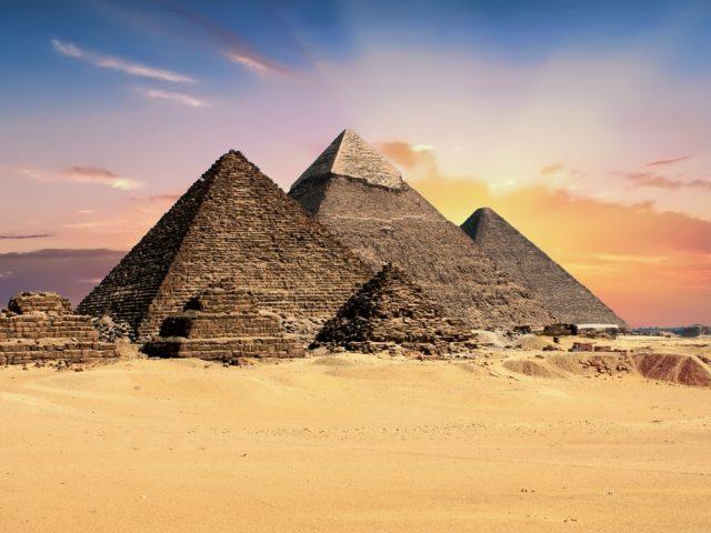 https://mediteranatour.ro/wp-content/uploads/2018/09/pyramids-2159286_1280-640x480.jpg