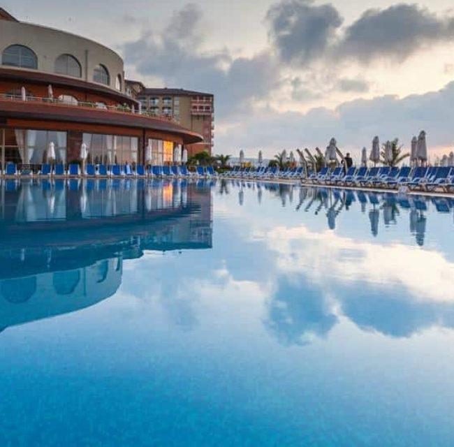https://mediteranatour.ro/wp-content/uploads/2020/05/Oferta-Sol-Luna-Bay-Resort-Aquapark-4-7-nopți-All-Inclusive-Obzor-Bulgaria-11-1-650x640.jpg